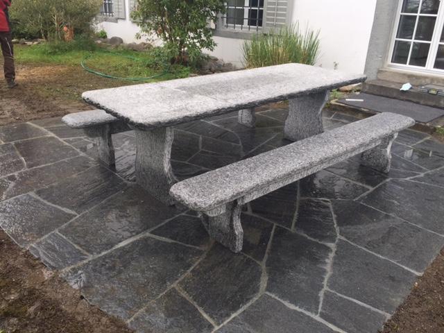 Freistehender Tisch aus Tessiner Gneis hell.